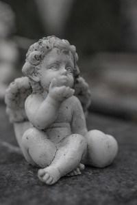 Ein Engel aus Stein als Kommunionsymbolik